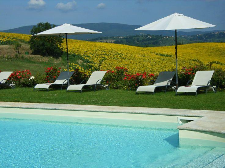 La piscina dell'agriturismo romantico Taverna di Bibbiano, ideale per la vostra Luna di Miele in Toscana