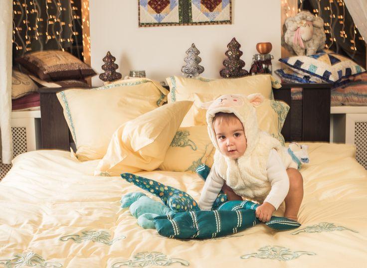 Комплект постельного белья Брюво. Комплект постельного белья «Брюво» представляет собой удивительное сочетание роскоши и утонченного лаконизма. Его приятные пастельные цвета – кремовый и бледно-голубой, успокаивают и создают в спальне атмосферу романтики, нежности и любви. Оригинальной  деталью  этого комплекта является декоративная наволочка с эффектной 3D-вышивкой с морской тематикой.