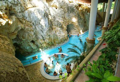 Caverna Termal de Miskolctapolca – Hungria A água termal verte das nascentes a uma temperatura de 30 ° e possui propriedades terapêuticas que reduzem a dor nas articulações. Seu teor de sal é menor do que a maioria das águas termais (cerca de 1000 mg / litro).