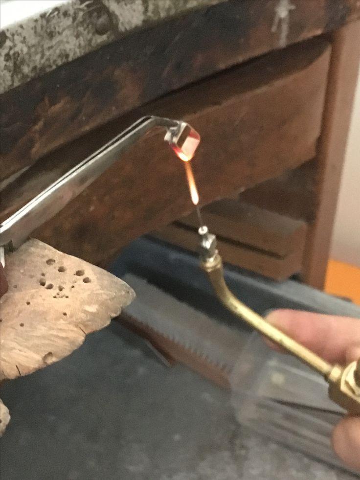 Saldatura di un castone in oro fatto in oreficeria