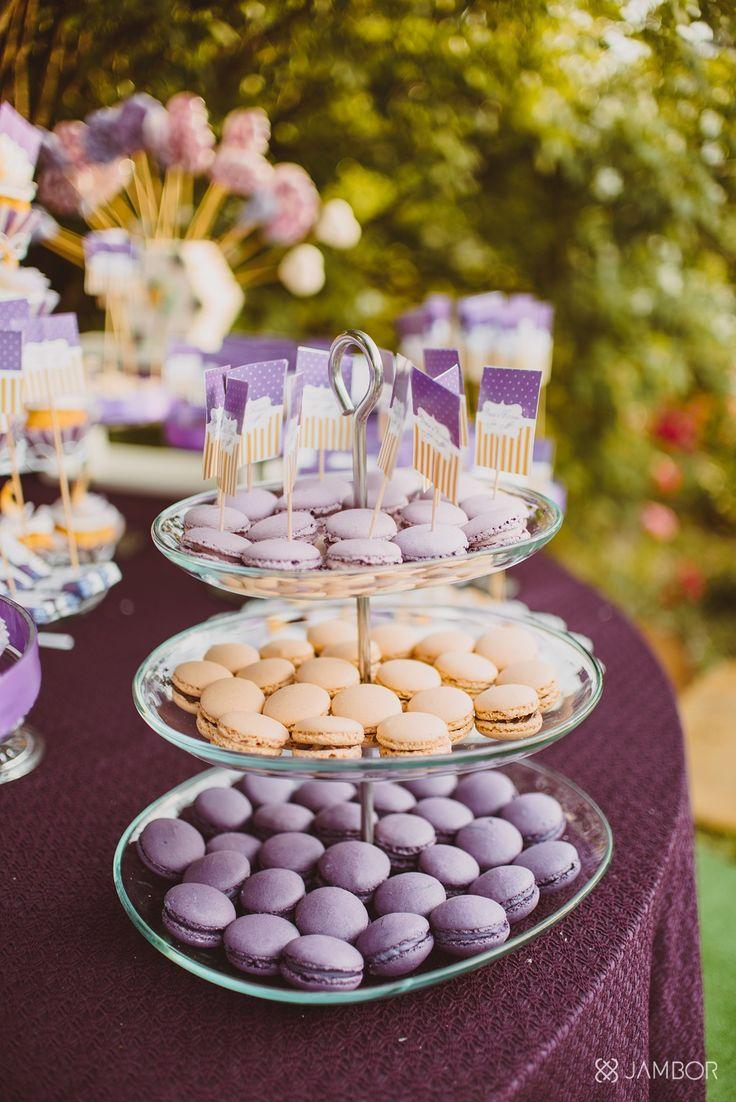 Foto: Jambor Photography By www.magentaevents.ro #purple #cream #candybar #nunta #iasi #macarons #cupcakes #marshmallows #outdoorwedding #outdoor #magentaevents