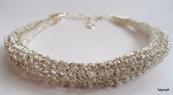Crochet nacklace with silver pleated cooper wire and glass beads.