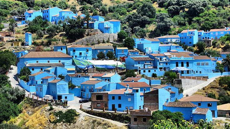 """A real town in Spain painted blue where they filmed """"the Smurfs"""". It stayed blue. El pueblo malagueño de Júzcar, en la Serranía de Ronda, convertido en aldea de Los Pitufos."""