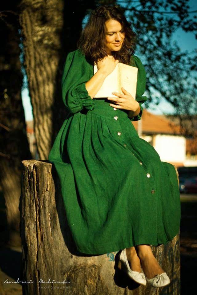 Tolpi: Tolpi susţine o fată scrie o carte. O carte care zâmbeşte.
