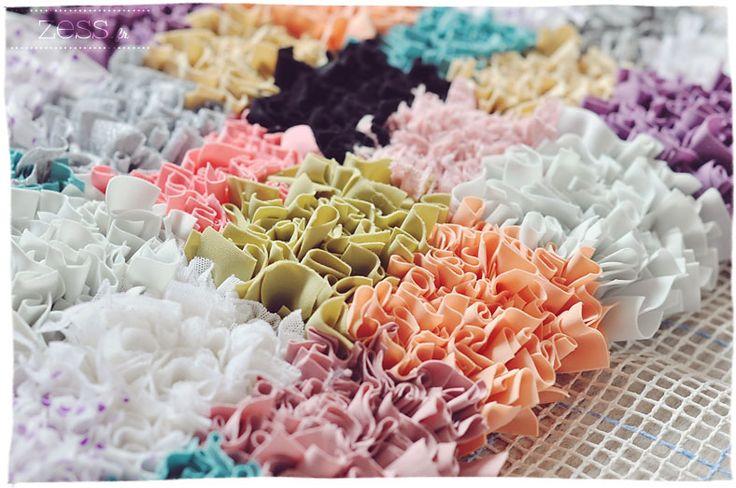 Les tapis boucherouite (ou boucharouette) on ne les présente plus ! Si vous ne connaissez pas, ce sont des tapis marocains tissés à la main avec des tissus recyclés. Seul hic : ils sont pas donnés (ce que je comprends totalement vu le boulot). Moi et ma passion des tapis (cf. le tapis au crochet) …