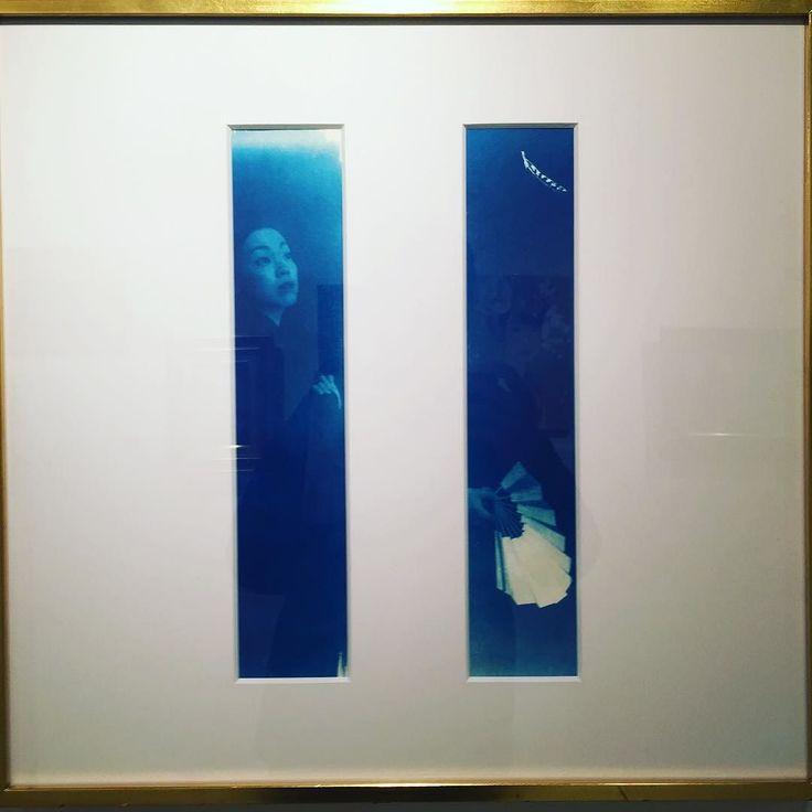 #everydayart #art #AyuNaito #内藤あゆ さんの作品 @酉トリドリ展青焼写真(技法の詳細はわかりません汗)が白い枠の隙間からのぞく窓の向こうに見えるような不思議なレイアウトとやっぱり色が素敵であります伊藤忠青山アートスクエアにて1/15(日)まで#1日1アート