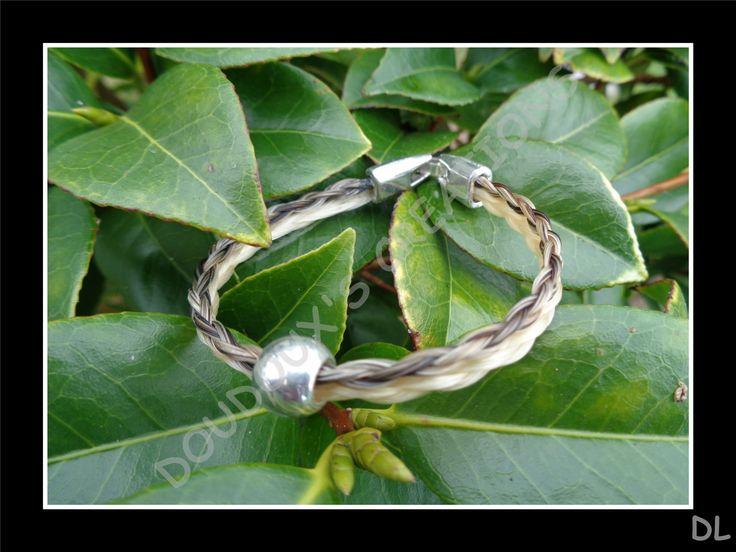 Bracelet en véritables crins de cheval, double, tressé en corde 4 brins écru et beige, perle en métal argenté : Bracelet par doudoux-crins