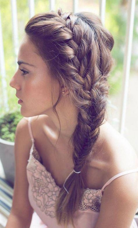 Treccia laterale a lisca di pesce come acconciatura per capelli lunghi - Treccia laterale a lisca di pesce tra le acconciature capelli lunghi primavera estate 2015.