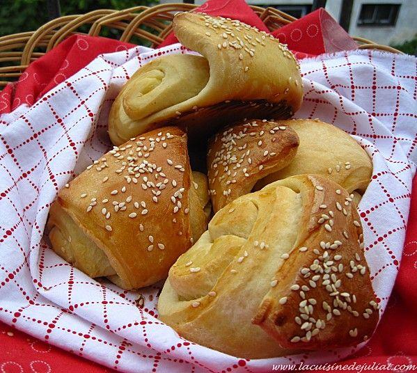 Une nouvelle recette de boulange trouvée chez notre aminaute uneliyaasdebonneschoses! Comme d'habitude je n'ai pas été déçue! C'est délicieux! Je n'ai pas fait la même forme de pain, je l'ai plutôt fait en petits pains briochés. À vous de tester! Régalez-vous! INGRÉDIENTS: 500g de farine (T55) 1 c. a soupe de levure sècheinstantanée SAFsèche active …