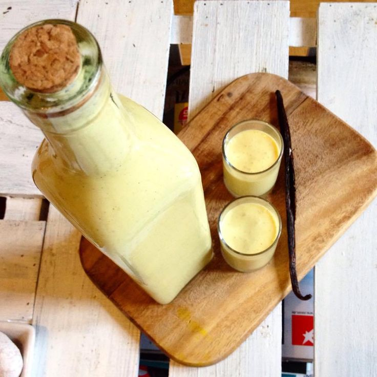 Herbst…Weihnachten naht…früher gab es um diese Zeit schon immer Eierlikör in allen Variationen. Mit dieser schnellen und einfachen Version könnt ihr nichts falsch machen  Eignet sich zum verschenken, zum backen, zum selber gönnen… <3 Zutaten: 500 gr Vanille Pudding (selbstgemacht oder einfach den fertigen zb von Alpro) 120 ml Rum ( oder Wodka –...