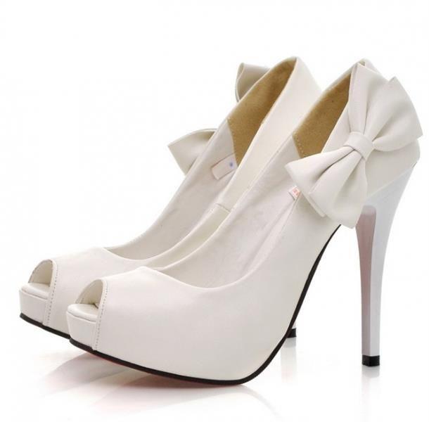 Белые туфли с открытым мысом