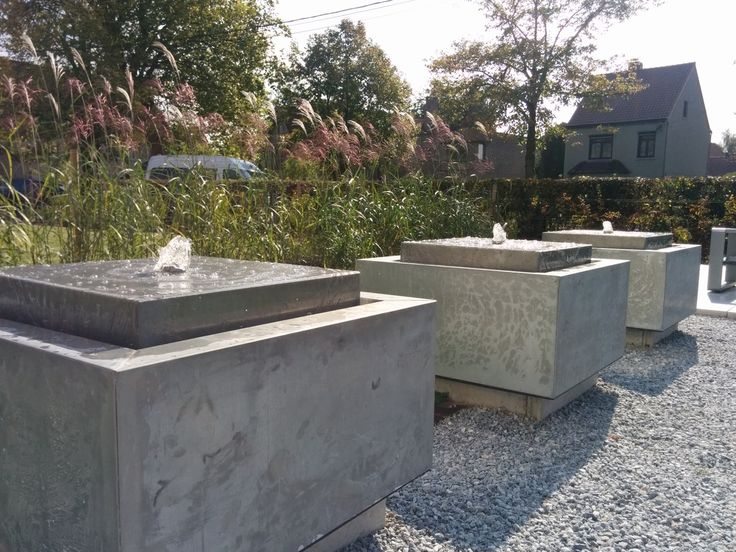 3 watertafels in ZINC in Sint-Martens Latem. Deze watertafels zijn op een betonnen voet gezet om een zwevend effect te verkrijgen. Deze waterelementen zijn uitgevoerd met een krachtige pomp en LED lichtjes.  #sintmartenslatem #tuin #design #waterelementen