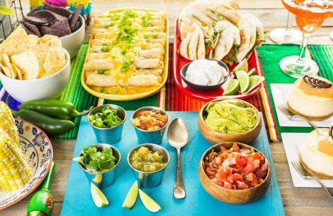 A differenza della cena messicana, la cena Tex-Mex unisce due culture: quella messicana e quella del Texas o più genericamente dell'America del sud. Quindi ci sono i fagioli e le pannocchie, ma anche il chili e i tacos. È una cena speziata, ma non dovete per forza eccedere con il peperoncino. Ci saranno molto i sentori del lime e del cumino, e se vi piacciono questi due sapori, allora è la cena giusta per voi. Nachos o patatine di mais con guacamole Io adoro il guacamole e lo preparo spes...