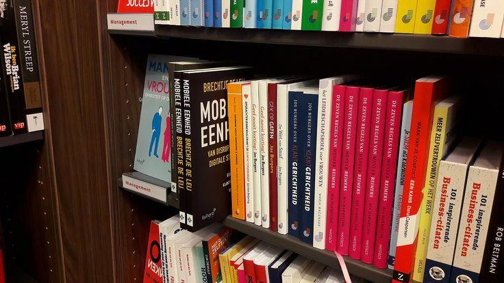 Leuk, het boek 'Mobiele Eenheid' van Brechtje de Leij in het Managementschap bij de Bruna in Zaandam. #mobieleeenheid #brechtjedeleij #bruna #brunazaandam #futurouitgevers