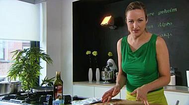 Courgettesoep met verse kruiden en knapperige broodcroutons