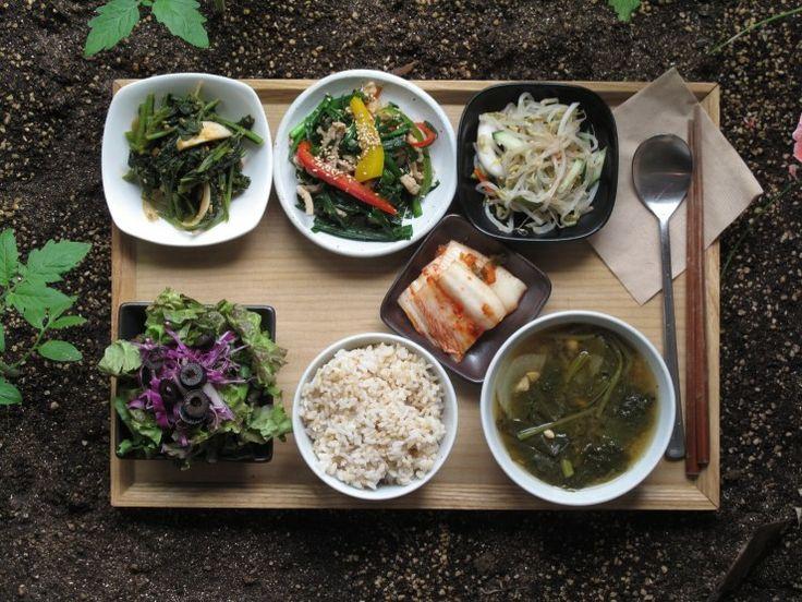2013년 6월8일 토요일 그때그때밥상 소개합니다. 영양만점 돼지고기부추잡채,용문산에서 온 취나물,아욱 된장국, 숙주나물,김치와,양파드레싱샐러드,고소한 해남의 현미밥 입니다.