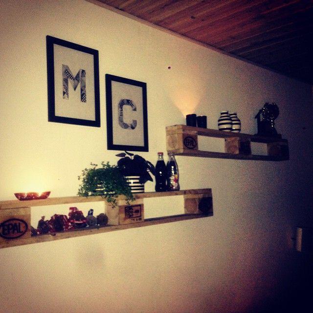Det er dejligt at have sin helt egen handyman derhjemme, er så glad for mine nye hylder #hylder #pallehylder #glad #dejligmand