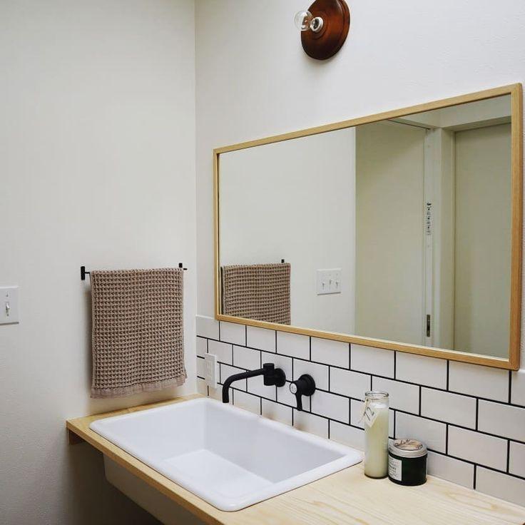 . . トップライトのおかげで1日中明るい場所:-) 大きな鏡に大きな洗面嬉しいな♩ . . #マイホーム#マイホーム記録#新築#洗面台#実験用シンク#タイル#サブウェイタイル#造作#照明