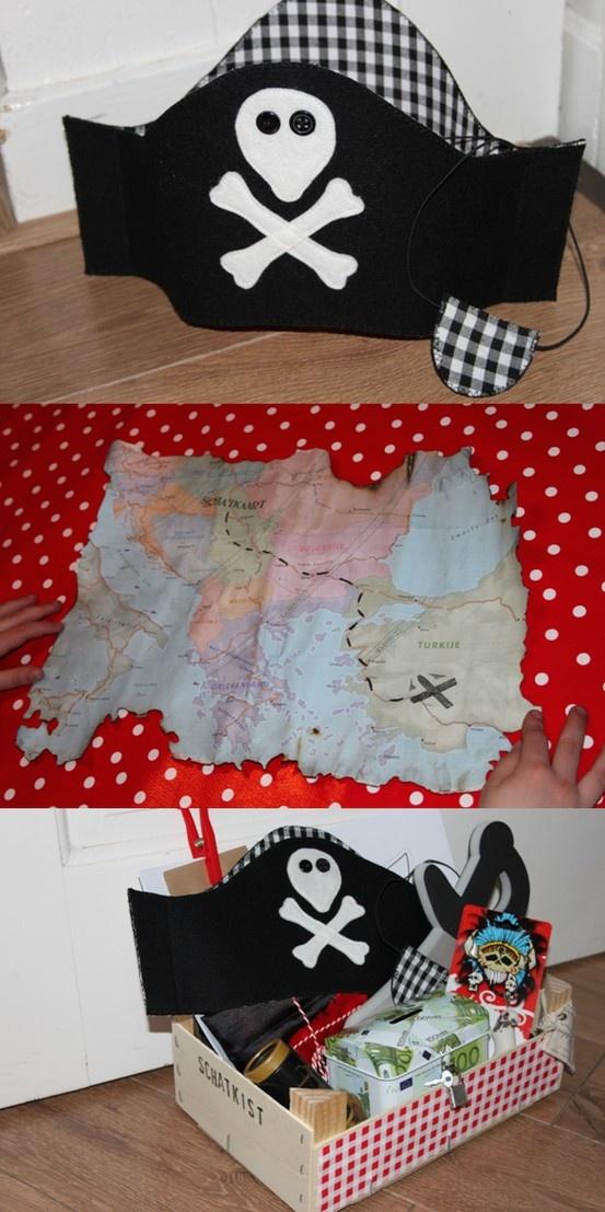 Schatkist gevuld met (home-made) piratenspullen. De kist ingepakt verstopt en met de schatkaart mocht de jarige piraat zijn schat gaan zoeken in de tuin. Het was een groot succes!