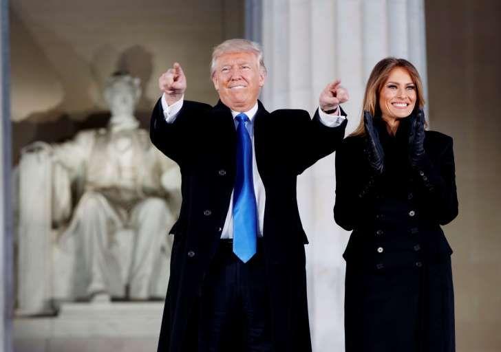 Iført en militærinspirert kåpe fra designeren Norisol Ferrari inntok Melania Trump Washington sammen med ektemannen Donald Trump – som har mange motedesignere mot seg også. Foto: AP