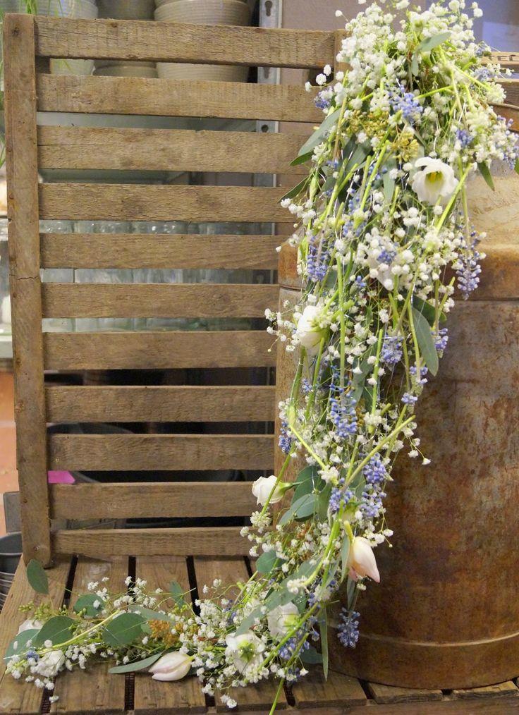 Kreativ Fryd Blomsterbinderi, dråpe brudebukett av Maja. Med brudeslør, perleblomst, tulipanerr, eustoma og eucalypthus