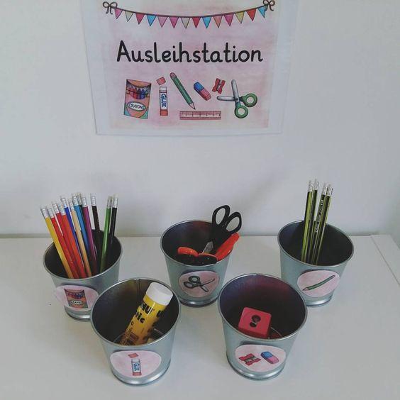 Meine Ausleihstation ist auch fertig! :) ✔️ Die Behälter sind vom Ikea und haben jeweils 40 Cent kostet. Ist damit eine preiswerte Variante! Ich gebe eh schon soo viel Geld für Schulsachen aus. Wenn die Kinder sich etwas ausleihen, nehmen sie die Wäscheklammer mit ihren Namen von der Leine und klemmen sie an den entsprechenden Becher. So kommen hoffentlich alle Dinge wieder zurück :) #Ref #Grundschule #klassenzimmer #ikea #katehadfielddesigns #lehrerhabenimmerfrei