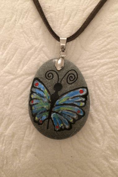 Atolye108.com'da ! Kelebek figürlü, el yapımı taş boyama kolye !