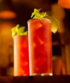 Recept Lion Cocktail Echt een  heerlijke cocktail om van te genieten. Met verse sinaasappel, citroen en frambozen en maar liefst een mix van 3 dranksoorten. Rum, gin en mango likeur.