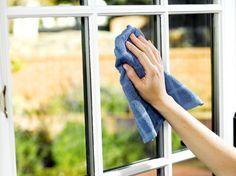 Camları parlatmak için ne yapılmalıdır? Kadınlar için cam silmek işkencedir desek yanlış olmaz. Silinen camın köşelerinde kalan lekeler, çıkmayan inatçı lekeler, bezin camda bırak