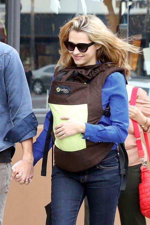 Actrita Teresa Palmer isi poarta bebelusul in Boba Carrier 4G Pine (din bumbac organic)