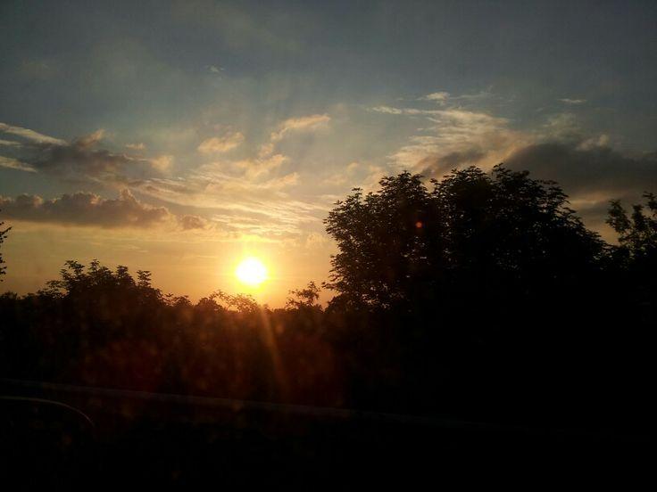 tramonto dal finestrino di una macchina in corsa