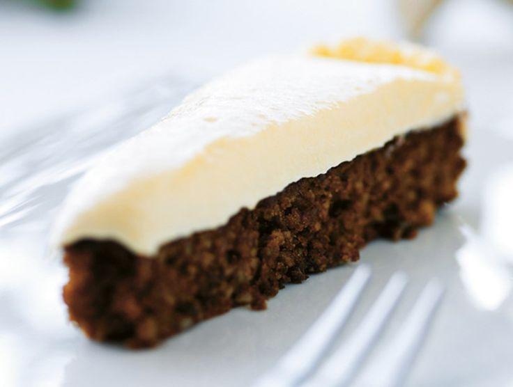 Dej: Hak mandlerne fint. Pisk æg og muscovado-råsukker let og luftigt. Bland de hakkede mandler og appelsinskal i. Smør en springform (cirka 24 cm i diameter) og drys med rasp – hæld dejen i formen. Bag icirka 25 minutter ved 175 °C på nederste rille.Lad kagen afkøle i formen inden den løsnes. Chokolademousse:Smelt chokoladen over et vandbad. Pisk fløde og cremefraiche sammen til flødeskum. Rør lidt af flødeskummet i chokoladen, mens den er varm. Afkøl og vend derefter resten af…