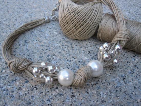 Collar de lino, xl perlas fantasia , perlas plateadas y nudos .