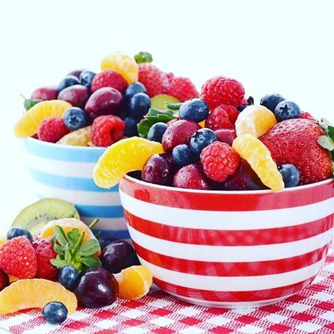 Oubliez les jus de fruits et mangez plus de fruits entiers pour faire le plein de leurs bénéfices nutritionnels  #onehealthysimplechange #fruits #eatclean #eatrightnotless
