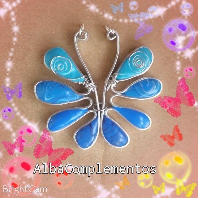 Colgante Mariposa en tonos azules, hecho a mano en AlbaComplementos #colgante #mariposa #azul #hechoamano #AlbaComplementos #butterfly #blue #handmade #bisutería #accesorios #complementos