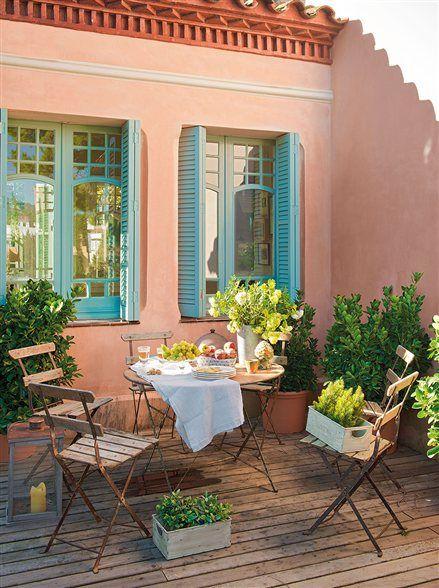 Terraza de casa con pórticos de color turquesa