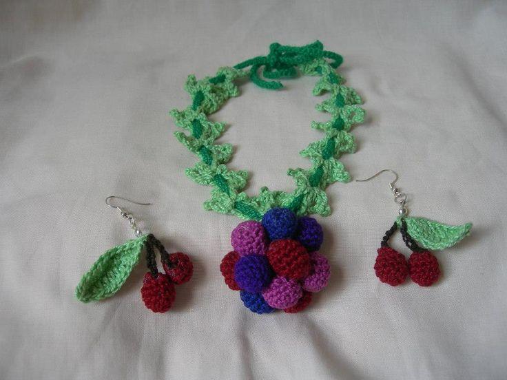 Un muy original accesorio: Collar y pendientes frutos rojos. #frutosrojos #accesorio #crochet.