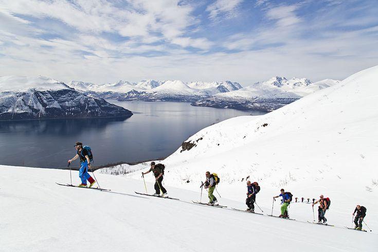 På väg upp för XX med Lyngenhalvön i bakgrunden.