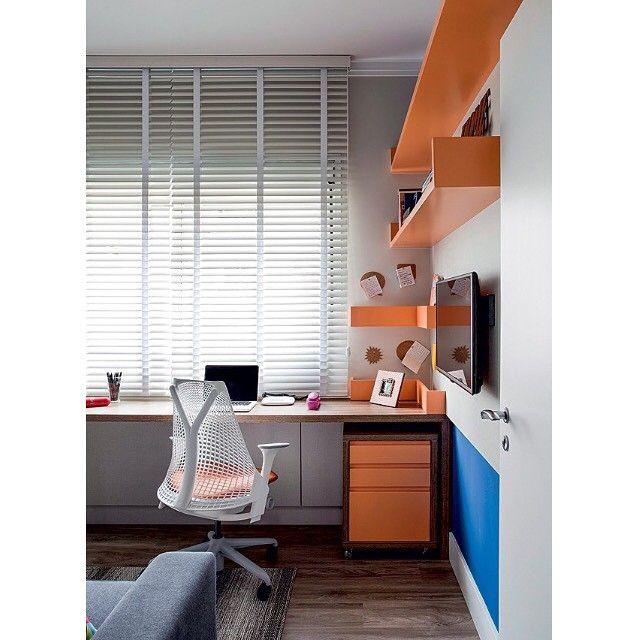 Bom dia!! Que tal um espaço para trabalhar em casa? Projeto de Juliana Pippi para um home office descontraído com cores fortes, o tom de laranja é o k090, da Sayerlack  #ahlaemcasa #bomdia #homeoffice #laca #laranja #sayerlack #coresfortes