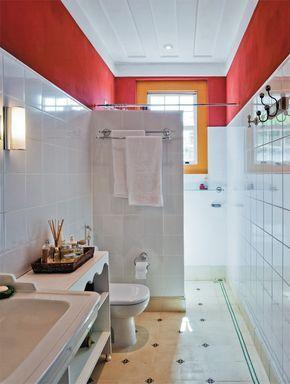No banheiro principal, o piso de ladrilhos hidráulicos (Dalle Piagge) e as paredes de azulejos convivem com a alvenaria pintada com tinta à base de cal, numa das poucas aparições do vermelho entre as cores escolhidas para o projeto.