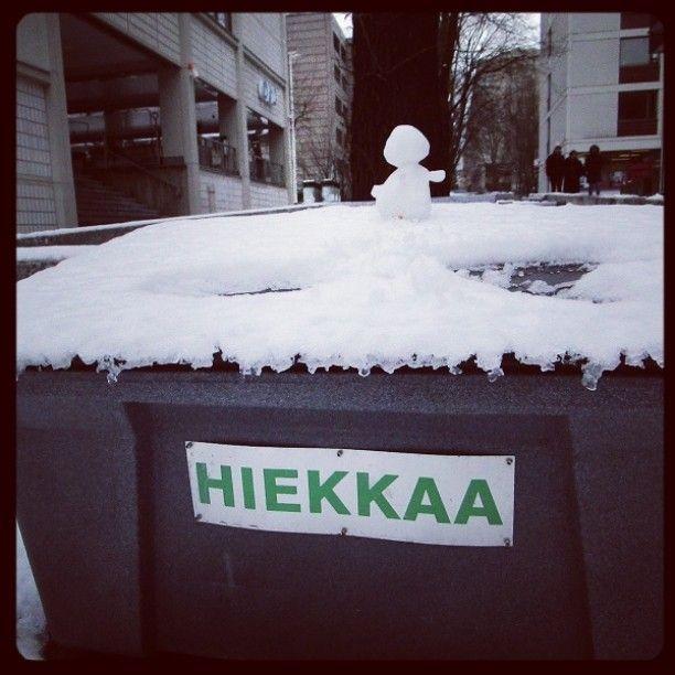 Mutta mitä tapahtui #lumiukolle? #lumiukko ⛄ #snowman #walkingintheAir #February2016 #Helsinki #hiekkaa #sand #sandman? Spiderman?