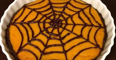 #Halloween si avvicina e la nostra Sabrina ha decis o di cimentarsi in una simpatica versione della tradizionale crostata di zucca americana #food #recipe http://paperproject.it/food/i-love-carbs/ricette-halloween-crostata-zucca-ragnatela-cioccolato/