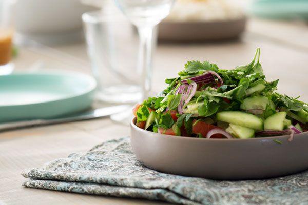 Prøv denne lækre opskrift på indisk salat som smager pragtfuldt til indisk mad som tikka masala, curry og butterchicken - få opskrift