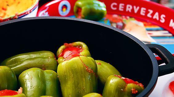 Biber Dolması gehört zu den Standard-Rezepten, die in der türkischen Küche (gerade im privaten Haushalt) nie fehlen darf. Es ist die Hausmannskost schlechthin. Die gefüllten Paprika sind mit Hackfleisch.