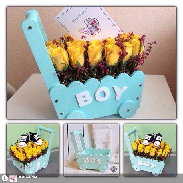 Вот так оригинально наши профессиональные флористы украсили деревянную коляску- тележку baby boy! Отправилась она в роддом, поздравлять мамочку и папочку новорожденного малыша. Будьте оригинальны, дарите не стандартные подарки! Новорожденному малышу здоровья и счастливой жизни