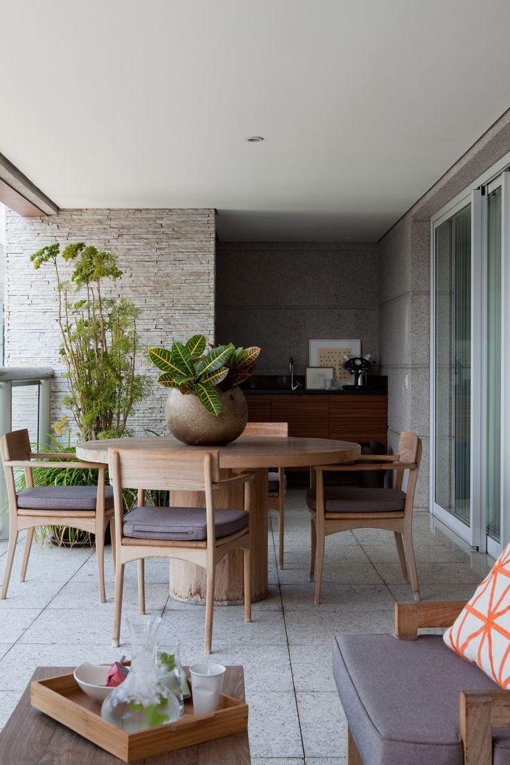 O empresário dono deste apartamento de 350m² em São Paulo morou por algum tempo em Itu, mas como trabalhava na capital, decidiu se mudar. Ao adquirir este imóvel, ele desejava conforto, ambientes integrados, um cômodo preparado para home office e uma biblioteca. Com as ideias em mãos, procurou alguns escritórios e se identificou com a …