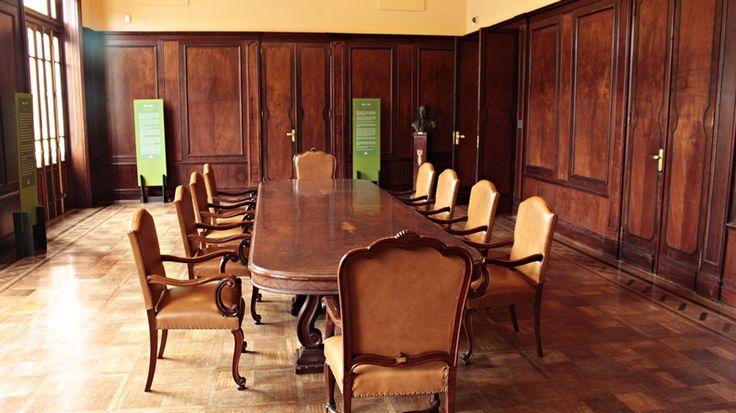 Antiga mesa, exposta no Centro Cultural Banco do Brasil, em Belo Horizonte.