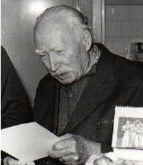 Malíř a grafik František Gross se narodil v Nové Pace. Tam také dosáhl základního vzdělání a v roce 1927 maturoval na gymnáziu. Po absolvování Vysoké školy uměleckoprůmyslové v Praze pod vedením profesora Františka Kysely poprvé vystavoval v roce 1931 v Nové Pace.  V roce 1941 se Gross stal členem Umělecké besedy v Praze. Do roku 1948 byl členem Skupiny 42.
