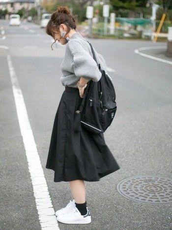 上のリュックサックと同じもの。こちらでレディなふんわりスカートと合わせています。服でこんなにも雰囲気が変わるんですね。