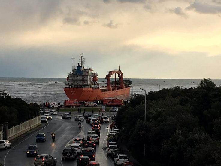 Livorno, il vento è troppo forte: la nave mercantile si incaglia sotto la costa
